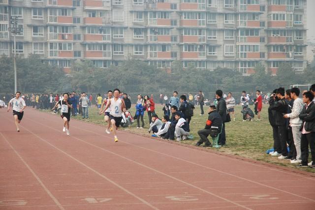 唐威----在华西中学参加市田径传统校比赛中跳破五米大关