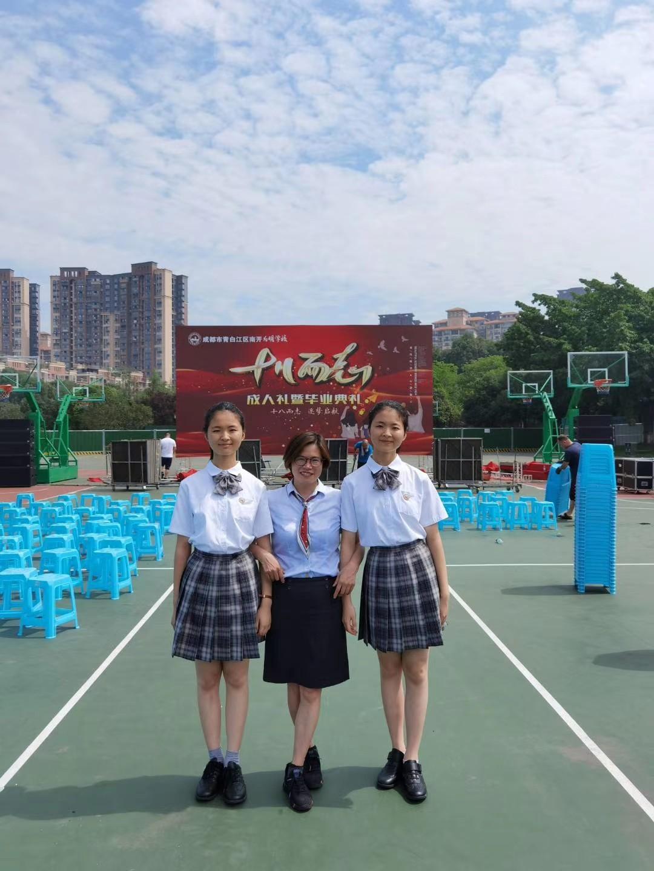 和今年毕业分别考上华中大学,福州大学的孪生姐妹万遥,万露在一起.jpg